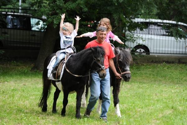 Ponyführen an Großrenntagen für das junge Publikum